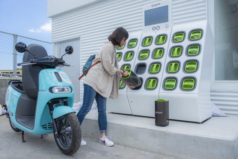 真栄里SharingSquareで電動バイクのバッテリー交換
