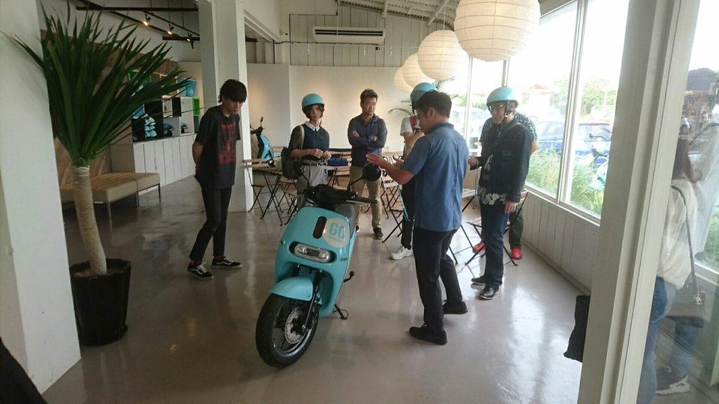 産能大学の生徒に電動バイクの使い方を説明