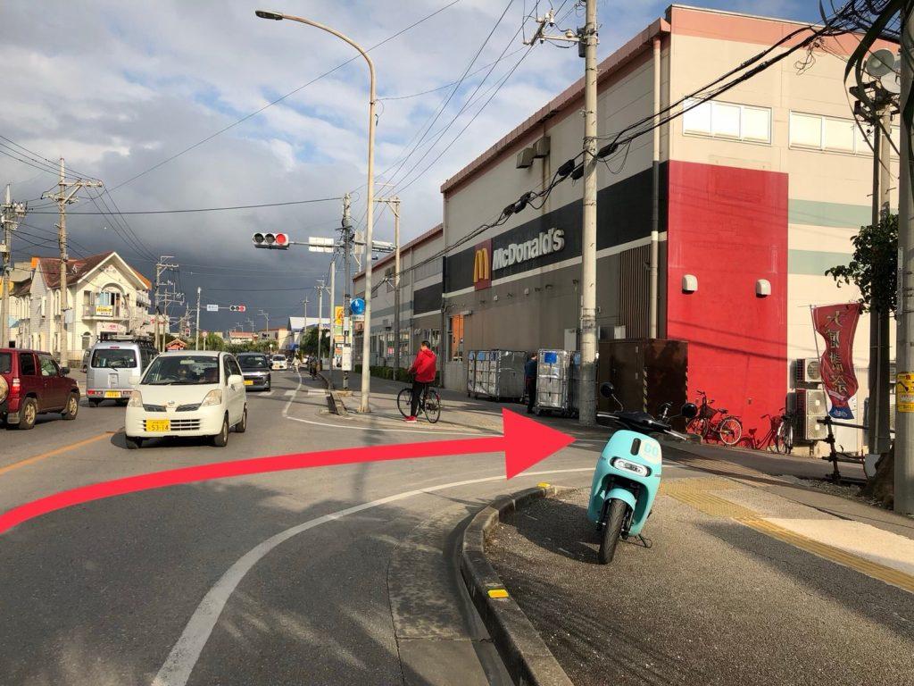 在紅綠燈前,麥當勞旁邊的巷子右轉進入