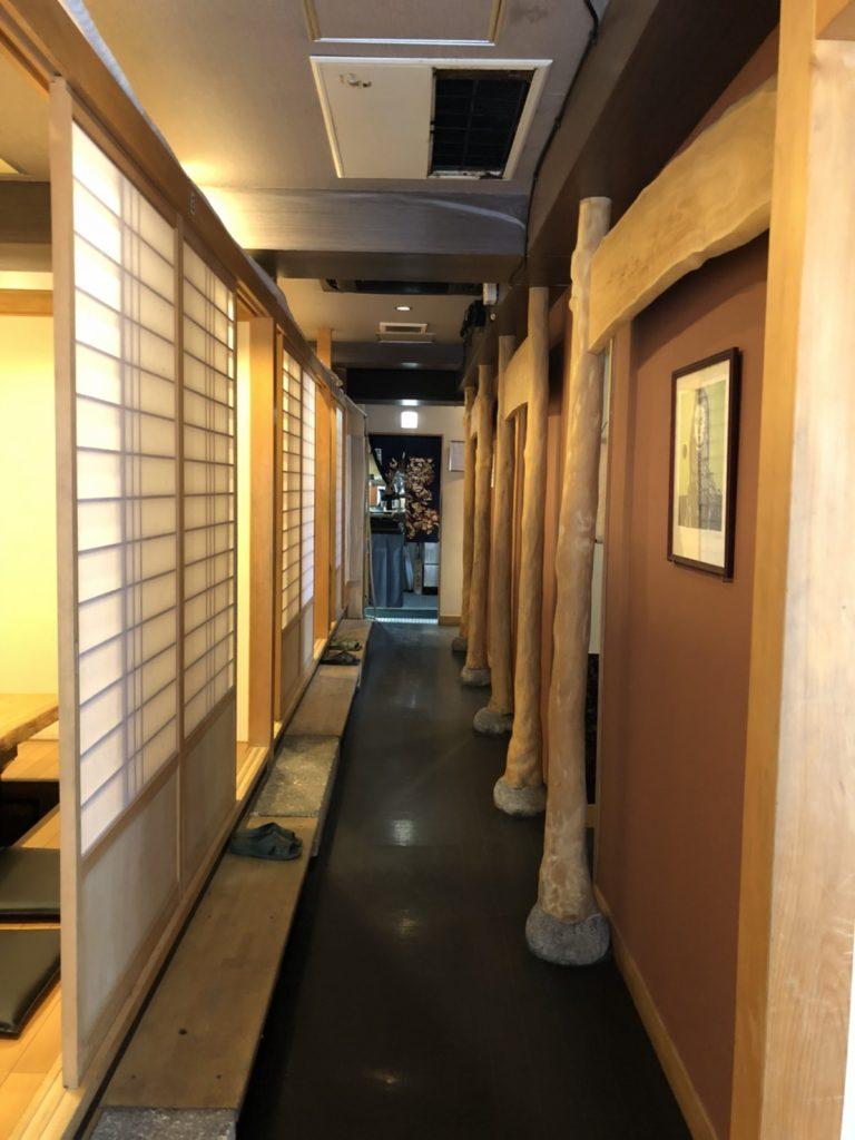 長長的走廊拉門內都是包廂式的空間