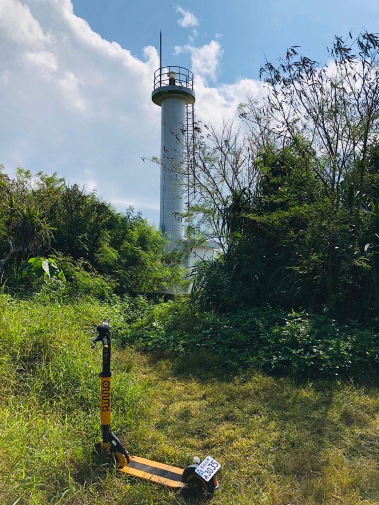 何もない岩場に建つ小さな灯台です
